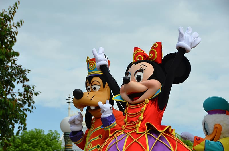 Minnie Mouse and Goofy mascots