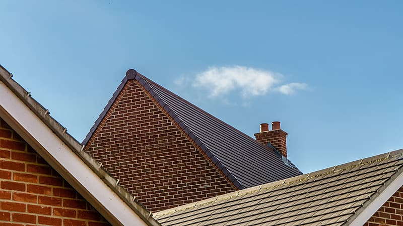 Brown roof under blue sky during daytime | Pikrepo