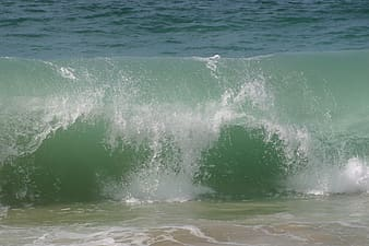 Sea wave hitting shore at daytime