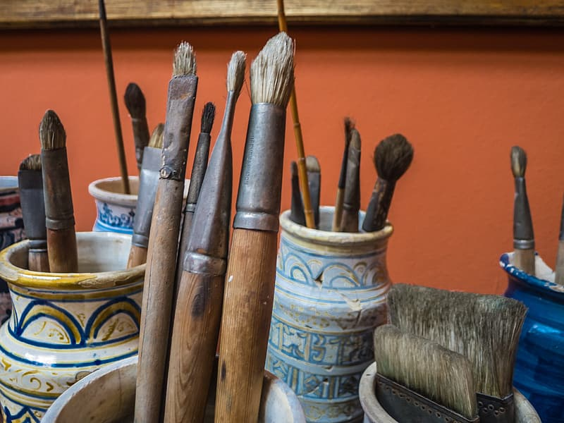 Assorted paintbrush lot on container