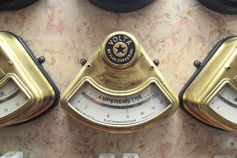 White and gold weighing scale