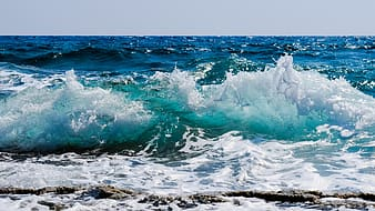 Ocean wave during day time