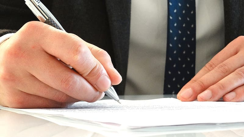Person holding grey pen