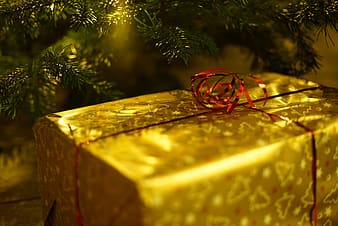 Close up photo of yellow Christmas gift box