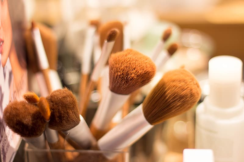Selective focus photography of brown and gray makeup brushes