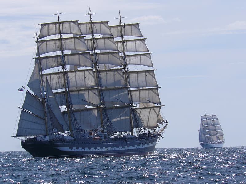 Brown and gray galleon ship sailing during daytime