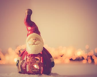 Closed-up photography of Santa Claus figurine