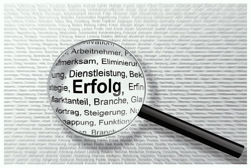 Magnifying glass on erfolg text