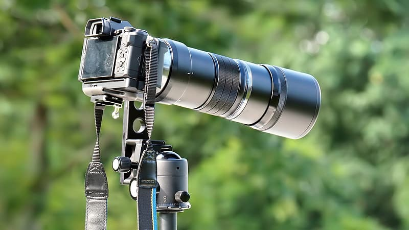 Black DSLR camera with telephoto lens