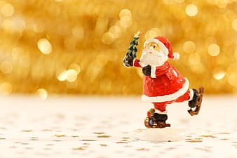 Selective focus photography of Santa Claus figurine