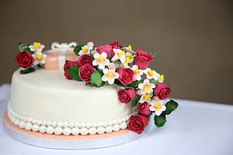 Floral arranged on toppings of cake