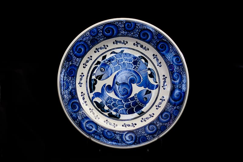 Round blue and white fish-print decorative plate