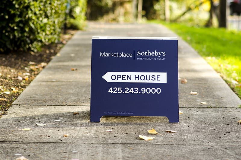 Selective-focus photography of Marketplace sandwich board