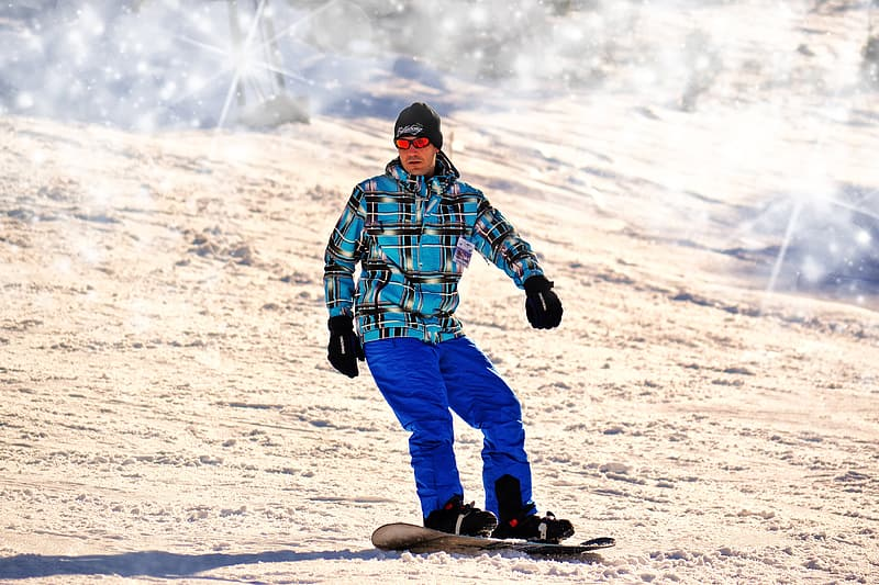 Photo of man in snowboard during daytime