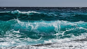 Ocean waves at daytime