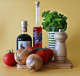 Onions and tomatoes on chopping board