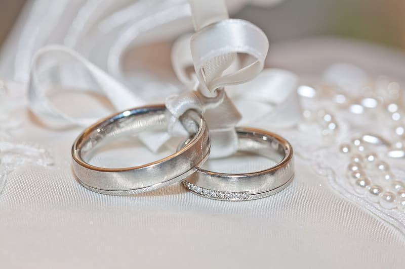 Silver-colored bond rings photo